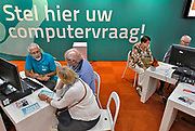 Nederland, Utrecht, 21-9-2017 Ouderen, senioren, in de stand van seniorennet, een organisatie die het computergebruik door ouderen wil begeleiden, op de 50plus beurs. Veel ouderen hebben problemen met de digitale wereld.Foto: Flip Franssen