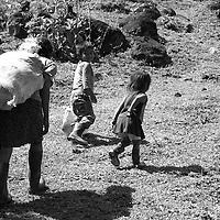 """Título: """"Un trabajo interminable - Tsimari""""<br /> Técnica: Impresión digital en papel de algodón.<br /> Dimensiones: 20"""" x 30"""" pulgadas<br /> Precio $ 2,400.00 USD **El 25% del precio va destinado a comunidades indígenas.<br /> Autor: Melanie L. Wells-Alvarado<br /> +(506) 8753-8231   www.melwellsphotography.com www.awindowintothesoul.com"""