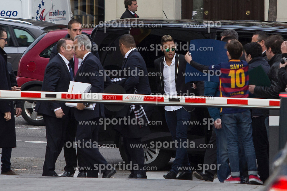 02.02.2016, National court, Madrid, ESP, Primera Division, FC Barcelona, Untersuchung Neymar Transfer, im Bild Neymar Jr. (FC Barcelona) und sein Vater Neymar Santos // FC Barcelona's player Neymar Jr. arrives with his father Neymar Santos (L) arrives to the national court to testify in an investigation into alleged irregularities regarding his transfer to Barcelona National court in Madrid, Spain on 2016/02/02. EXPA Pictures &copy; 2016, PhotoCredit: EXPA/ Alterphotos/ Victor Blanco<br /> <br /> *****ATTENTION - OUT of ESP, SUI*****