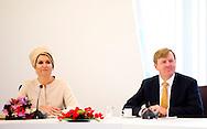 6-5-2014 -   GROENLOO - Koning Willem-Alexander en koningin Maxima brengen een streekbezoek. <br /> Korte wandeling naar het Graafschap College Groenlo, sector Zorg &amp; Welzijn. COPYRIGHT ROBIN UTRECHT