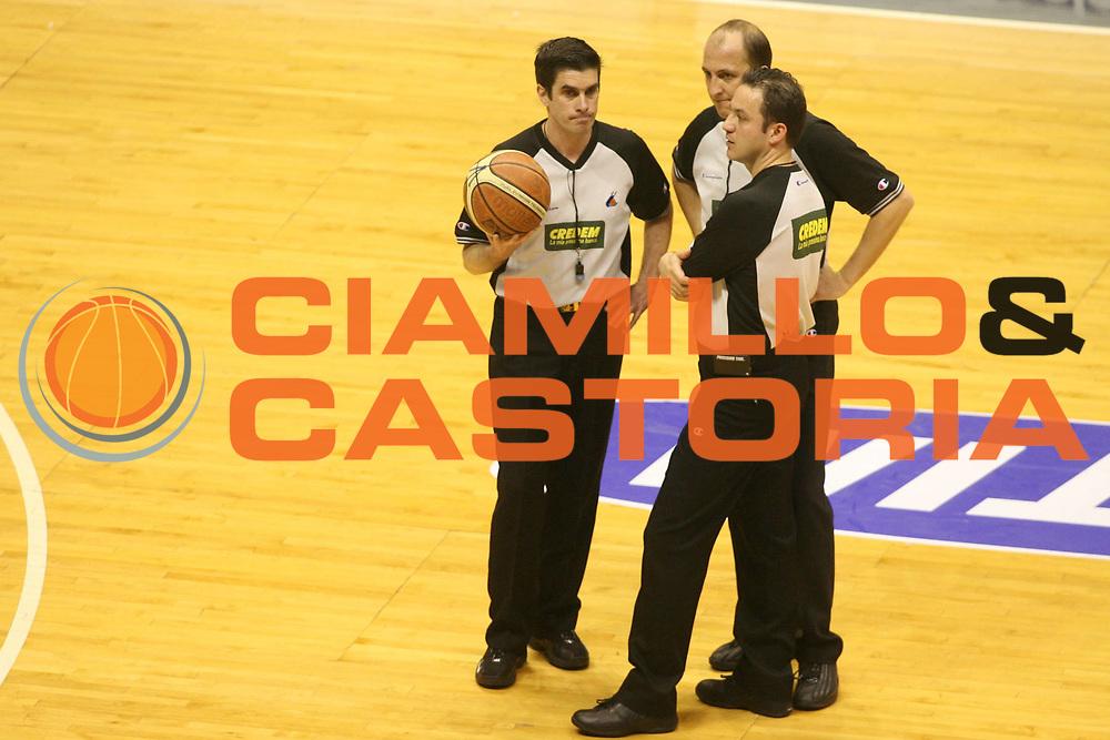 DESCRIZIONE : Bologna Lega A1 2005-06 Vidi Vici Virtus Bologna Climamio Fortitudo Bologna<br /> GIOCATORE : Arbitro<br /> SQUADRA : <br /> EVENTO : Campionato Lega A1 2005-2006 <br /> GARA : Vidi Vici Virtus Bologna Climamio Fortitudo Bologna<br /> DATA : 15/04/2006 <br /> CATEGORIA : Arbitro<br /> SPORT : Pallacanestro <br /> AUTORE : Agenzia Ciamillo-Castoria/G.Ciamillo: