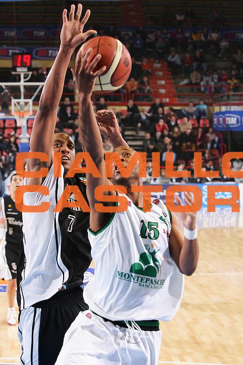 DESCRIZIONE : Forli Lega A1 2005-06 Coppa Italia Final Eight Tim Cup Montepaschi Siena Whirlpool Varese <br /> GIOCATORE : Woodward <br /> SQUADRA : Montepaschi Siena <br /> EVENTO : Campionato Lega A1 2005-2006 Coppa Italia Final Eight Tim Cup Quarti Finale <br /> GARA : Montepaschi Siena Whirlpool Varese <br /> DATA : 16/02/2006 <br /> CATEGORIA : Tiro <br /> SPORT : Pallacanestro <br /> AUTORE : Agenzia Ciamillo-Castoria/S.Silvestri <br /> Galleria : Coppa Italia 2005-2006 <br /> Fotonotizia : Forli Campionato Italiano Lega A1 2005-2006 Coppa Italia Final Eight Tim Cup Quarti Finale Montepaschi Siena Whirlpool Varese <br /> Predefinita :