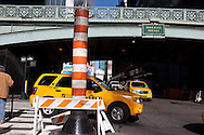 New York car traffic on 41st street and Pershing square bridge / Vapeur du raison de chauffage urbain sur la 41em rue