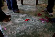 Rio Acima_MG, Brasil...Tapecaria do Projeto Fred, na foto detalhe dos pes de mulheres fazendo tapetes...The tapestry of Fred project, in this photo women feet doing carpets...Foto: LEO DRUMOND / NITRO.