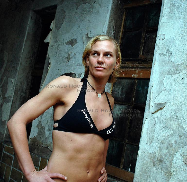 02-02-2006 VOLLEYBAL: PRESENTATIE BEACHDUO KEIZER-LEENSTRA: AALSMEER<br /> <br /> Perspresentatie van Sanne Keizer en Marrit Leenstra<br /> <br /> ©2006-WWW.FOTOHOOGENDOORN.NL