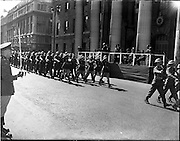 17/04/1960.04/17/1960.17 April 1960.Easter Military Parade..An t-Uachtarain, Mr Eamonn de Valera taking the salute troops pass the Saluting base at the G.P.O., Dublin, at the Annual Military Parade on Easter Sunday.
