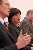 06 FEB 2003, BERLIN/GERMANY:<br /> Prof. Bert Ruerup (L), Professor fuer Volkswirtschaftslehre, und Ulla Schmidt (R), SPD, Bundesgesundheitsministerin, waehrend einer Pressekonferenz nach der ersten Sitzung der Arbeitsgruppe Gesundheit der Ruerup-Kommission, Bundesministerium fuer Gesundheit und Soziale Sicherung<br /> IMAGE: 20030206-01-037<br /> KEYWORDS: Rürup-Kommission, Bert Rürup