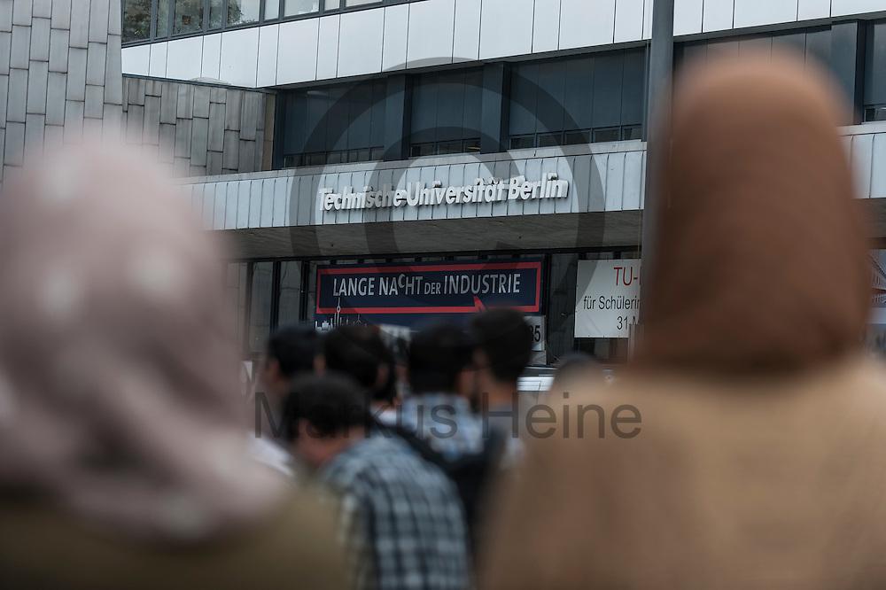&quot;Technische Universit&auml;t Berlin&quot; steht w&auml;hrend der Kundgebung zur Schlie&szlig;ung des Gebetsraumes der TU Berlin am 20.05.2016 in Berlin, Deutschland zwischen den verh&uuml;llten K&ouml;pfen zweier Muslima. Ca 200 Muslime hielten vor der Universit&auml;t eine Kundgebung und ein Gebet ab um gegen die Schlie&szlig;ung des Gebetsraumes in der Universit&auml;t zu demonstrieren. Foto: Markus Heine / heineimaging<br /> <br /> ------------------------------<br /> <br /> Ver&ouml;ffentlichung nur mit Fotografennennung, sowie gegen Honorar und Belegexemplar.<br /> <br /> Bankverbindung:<br /> IBAN: DE65660908000004437497<br /> BIC CODE: GENODE61BBB<br /> Badische Beamten Bank Karlsruhe<br /> <br /> USt-IdNr: DE291853306<br /> <br /> Please note:<br /> All rights reserved! Don't publish without copyright!<br /> <br /> Stand: 05.2016<br /> <br /> ------------------------------