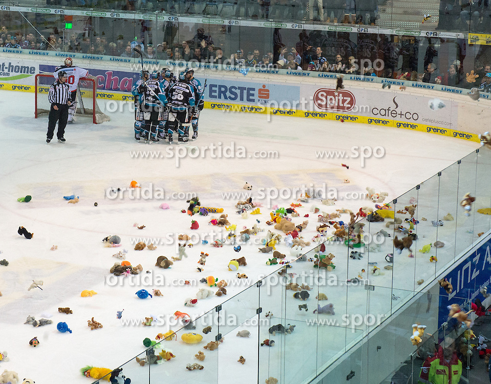 05.12.2015, Keine Sorgen Eisarena, Linz, AUT, EBEL, EHC Liwest Black Wings Linz vs HC TWK Innsbruck Die Haie, 27. Runde, im Bild Linz feiert das 1 zu 0 mit dem Teddy Bear Toss // during the Erste Bank Icehockey League 27thround match between EHC Liwest Black Wings Linz and HC TWK Innsbruck  Die Haie at the Keine Sorgen Icearena, Linz, Austria on 2015/12/05. EXPA Pictures © 2015, PhotoCredit: EXPA/ Reinhard Eisenbauer