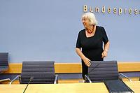09 JUL 2003, BERLIN/GERMANY:<br /> Renate Schmidt, SPD, Bundesfamilienministerin,  vor einer Pressekonferenz ueber die Kooperation von Politik und Wirtschaft zur Balance von Familie und Arbeit, Bundespressekonferenz,<br /> IMAGE: 20030709-02-001