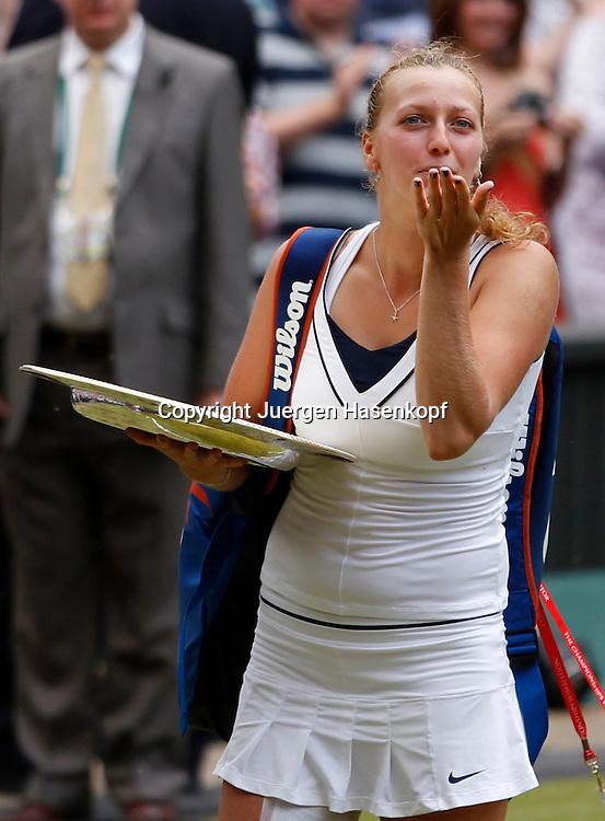 Wimbledon Championships 2011, AELTC,London,.ITF Grand Slam Tennis Tournament . Damen Finale,.Siegerehrung,Praesentation, eine laechelnde Siegerin Petra Kvitova (CZE) wirft einen Handkuss in die Richtung ihrer Loge und verlaesst den Platz mit der Siegerschale,Pokal ,Halbkoerper,Hochformat,