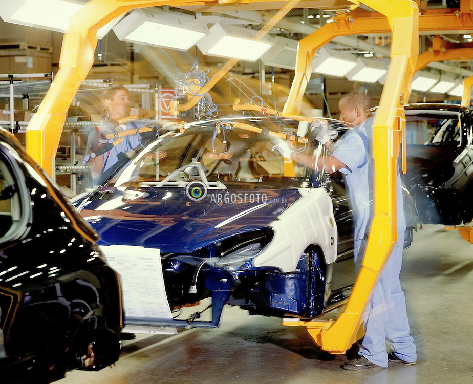Fabrica da Peugeot-Citroen no Brasil. No Brasil encontram-se instalados os maiores fabricantes mundiais, como Ford, GM (Chevrolet), Volkswagen, Fiat, Peugeot, Citroen, Mercedes-Benz, Renault etc, e tambem alguns fabricantes nacionais emergentes, como a Troller, Marcopolo, Agrale, Randon, dentre outros.A industria brasileira possui entidades reguladoras e representativas como a Associacao Nacional dos Fabricantes de Veiculos Automotores (Anfavea), fundada em 1956, e que reune empresas fabricantes de autoveiculos e maquinas agricolas automotrizes. A Anfavea eh filiada a Organisation Internationale des Constructeurs d'Automobiles (OICA), com sede em Paris./ Peugeot-Citroen industry in Brazil. The biggest automotive industries are in Brazil, like Ford, GM (Chevrolet), Volkswagen, Fiat, Peugeot, Citroën, Mercedes-Benz, Renault etc, and also some emerging brazilian producers, like Troller, Marcopolo, Agrale, Randon among others. Brazil has regulators entities as Anfavea, founded in 1956 that assembles the industries. Anfavea is affiliated to the OICA (Organisation Internationale des Constructeurs d'Automobiles) established in Paris.