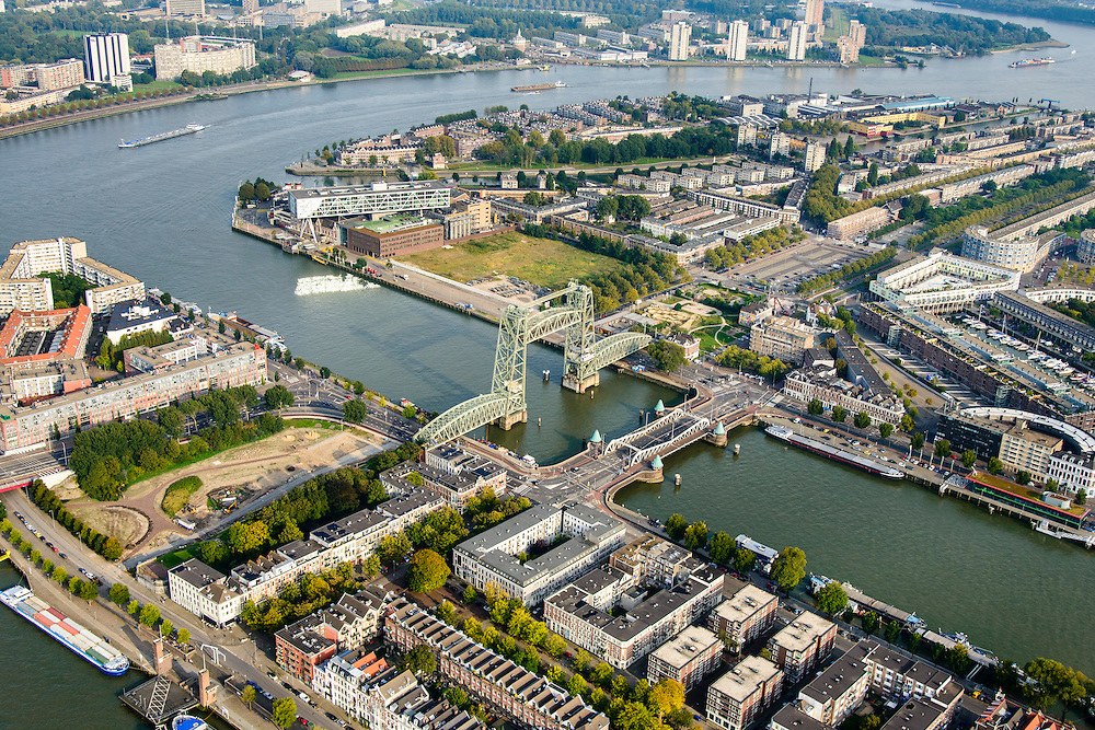 Nederland, Zuid-Holland, Rotterdam-Zuid, 28-09-2014; Noordereiland gezien naar Feijenoord, het eiland Feijenoord aan de oevers van de Nieuwe Maas. Koninginnebrug en De Hef over de Koningshaven tussen Noordereiland en Rotterdam-Zuid.<br /> Rotterdam, south of the river Meuse. Former harbour and residential area.<br /> luchtfoto (toeslag op standard tarieven);<br /> aerial photo (additional fee required);<br /> copyright foto/photo Siebe Swart.