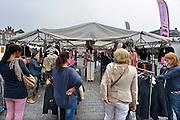 Nederland, Den Bosch, 6-9-2014Markt op de markt in de hoofdstad van noord brabant. Mensen zitten op de terrasjes die uitkijken op de handel.FOTO: FLIP FRANSSEN/ HOLLANDSE HOOGTE