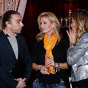 NLD/Hilversum/20121207 - Skyradio Christmas Tree, Natasja Froger - Kunst in gesprek met de jury Tom Sebastian en Kim Kotter