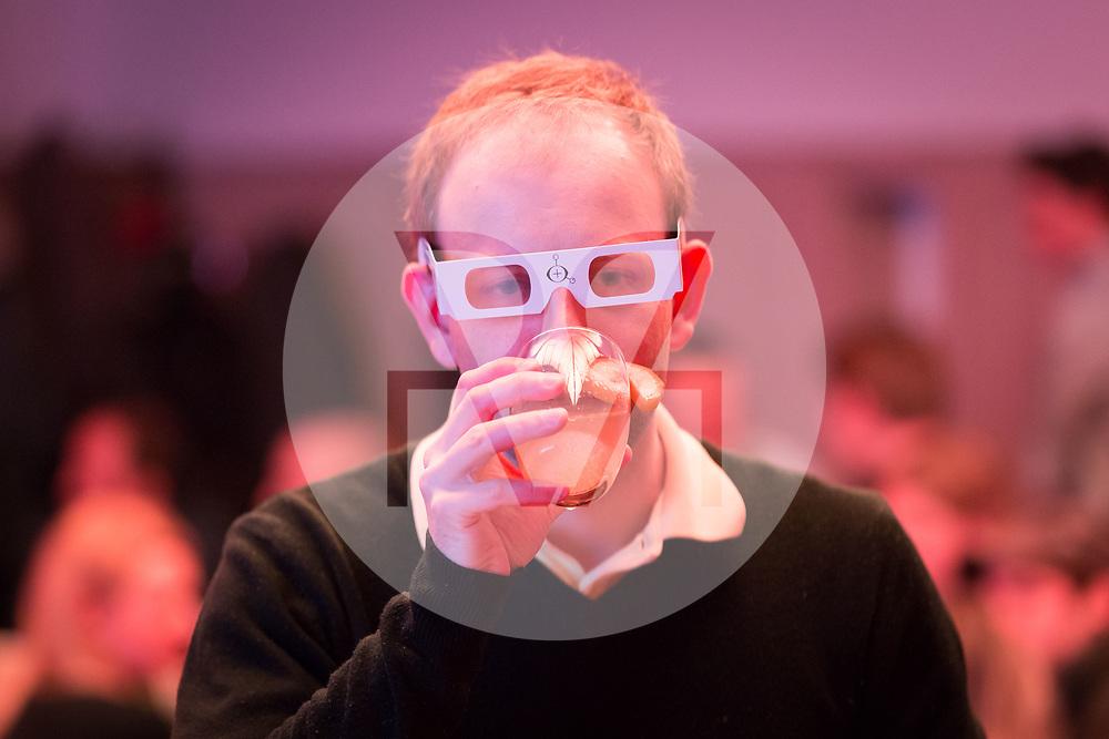 SCHWEIZ - ZÜRICH - Ein Gast trinkt, science+fiction bei Karl: Rauschlabor - Drinks und Debatten, im Karl der Grosse - 22. März 2018 © Raphael Hünerfauth - http://huenerfauth.ch