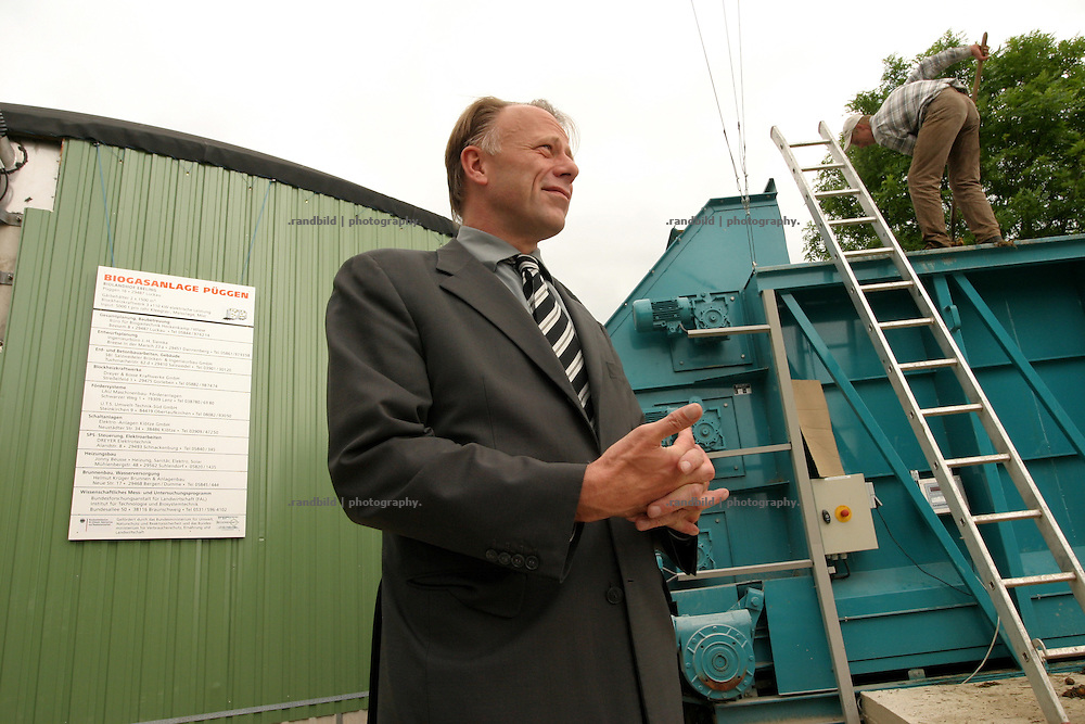 Jürgen Trittin, Bundesumweltminister,vor der Biogasanlage im wendländischen Püggen.