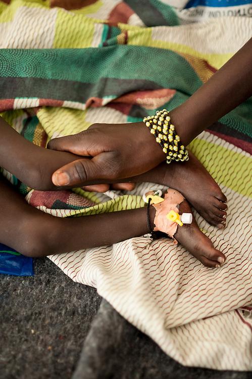 11/10/2012. CRENI de Tanout/Niger. Salle de soins intensifs. Haouou Ataher pose avec son fils Abdourahman Seni atteint de MAS avec insuffisance respiratoire. Crédits: CRF/Sylvain Cherkaoui