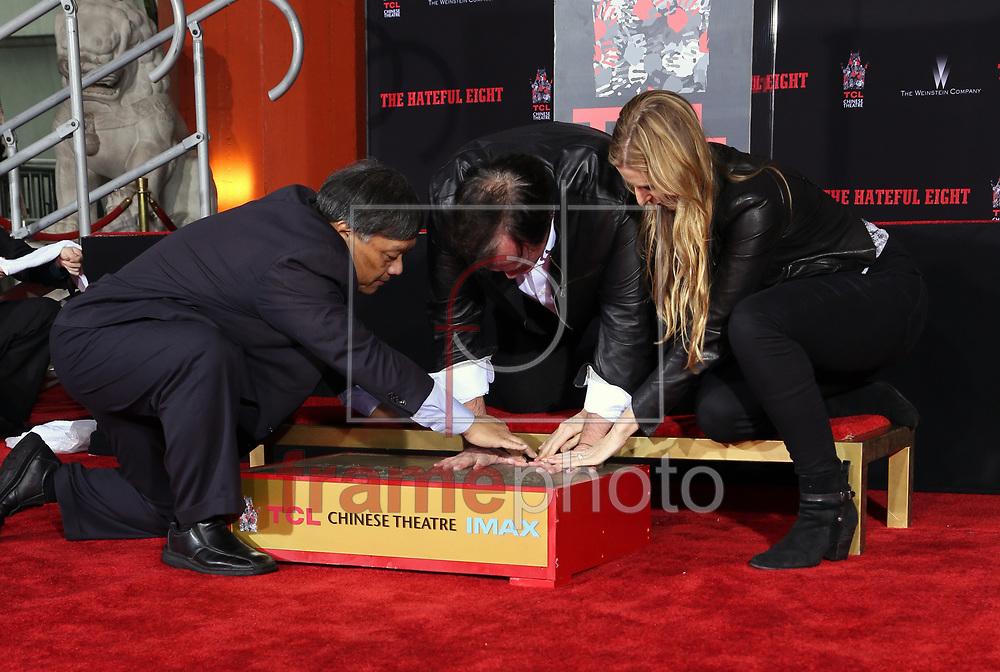 *BRAZIL ONLY* ATENÇÃO EDITOR, FOTO EMBARGADA PARA VEÍCULOS INTERNACIONAIS* wenn23321675 Quentin Tarantino e Alwyn Hight Kusher em evento no Hollywood Boulevard. O diretor marca suas mãos na calçada nesta quarta-feira (6) na Califórnia, Estados Unidos. Foto: Wenn/FramePhoto