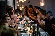 OSLO 2014-10-94: Ete Supperclub består av 3 par som arrangerer spesielle middagskvelder for interesserte. Her fra White Light Studios der gjestene nøt mat kokkelert av Pescoteket. FOTO:WERNERJUVIK
