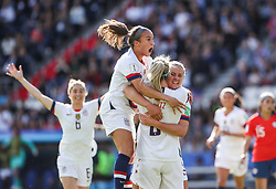2019?6?17?.    ?????????——F??????????.    6?16??????????????????????????????.    ???????????2019??????????F??????????3?0??????.    ?????????..(SP)FRANCE-PARIS-SOCCER-FIFA WOMEN'S WORLD CUP-USA VS CHI.Mallory Pugh (up) of the United States celebrates the scoring of Julie Ertz (2nd L, down) during a Group F match between the united States and Chile at the 2019 FIFA Women's World Cup in Paris, France, June 16, 2019. The United States won 3-0. (Credit Image: © Xinhua via ZUMA Wire)