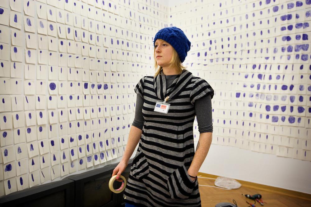 Nederland, Den Haag, 11 december 2007, <br /> 7UP in het Gemeentemuseum. Wieteke heldens tijdens het inrichten van haar kabinet. In 7UP is werk te zien van zeven veelbelovende kunstenaars die in 2007 zijn afgestudeerd aan de Koninklijke Academie van Beeldende Kunsten (KABK) te&nbsp;Den Haag. Wim van Krimpen, directeur van het Gemeentemuseum, koos uit deze nieuwe lichting kunstenaars Lilian Kreutzberger, Wieteke Heldens, Rosa Boekhorst, Niels Broszat, Isabella Rozendaal, Helgi Kristinsson en Sooreh Hera om elk een eigen kabinet in te richten<br /> Wieteke Heldens laat in het museum enkele installaties zien waarin ze haar eigen ervaringen met anorexia en boulimie verwerkt. Om deze duidelijk in kaart te brengen voor de beschouwer, gebruikt ze cijfers en past ze een banale vorm van logica toe. Deze rationele manier van uitbeelden schuurt met de emotionele werkelijkheid waarin mensen met deze eetstoornissen zich bevinden.<br /> Foto Martijn Beekman <br /> NIET VOOR TROUW, AD, TELEGRAAF, NRC EN HET PAROOL