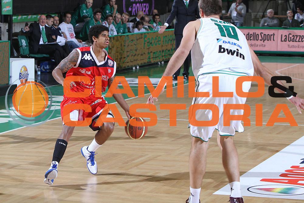 DESCRIZIONE : Treviso Lega A 2010-11 Benetton Treviso Angelico Biella<br /> GIOCATORE : Edgar Sosa<br /> SQUADRA : Angelico Biella<br /> EVENTO : Campionato Lega A 2010-2011 <br /> GARA : Benetton Treviso Angelico Biella<br /> DATA : 11/12/2010<br /> CATEGORIA : Palleggio<br /> SPORT : Pallacanestro <br /> AUTORE : Agenzia Ciamillo-Castoria/G.Contessa<br /> Galleria : Lega Basket A 2010-2011 <br /> Fotonotizia : Treviso Lega A 2010-11 Benetton Treviso Angelico Biella<br /> Predefinita :