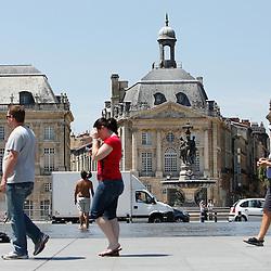 20110627 - France , Bordeaux - Grosse canicule sur Bordeaux, le miroir d'eau a été envahi de monde cherchant un maximum de fraîcheur. .cfr: canicule, chaleur, plan canicule, jeunes, ados, enfants, jeux aquatique, ville.Photo : Patrick Mascart / Scorpix