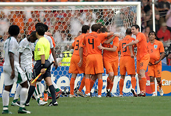 16-06-2006 VOETBAL: FIFA WORLD CUP: NEDERLAND - IVOORKUST: STUTTGART <br /> Oranje won in Stuttgart ook de tweede groepswedstrijd. Nederland versloeg Ivoorkust met 2-1 / Nederland viert zijn feestje<br /> ©2006-WWW.FOTOHOOGENDOORN.NL
