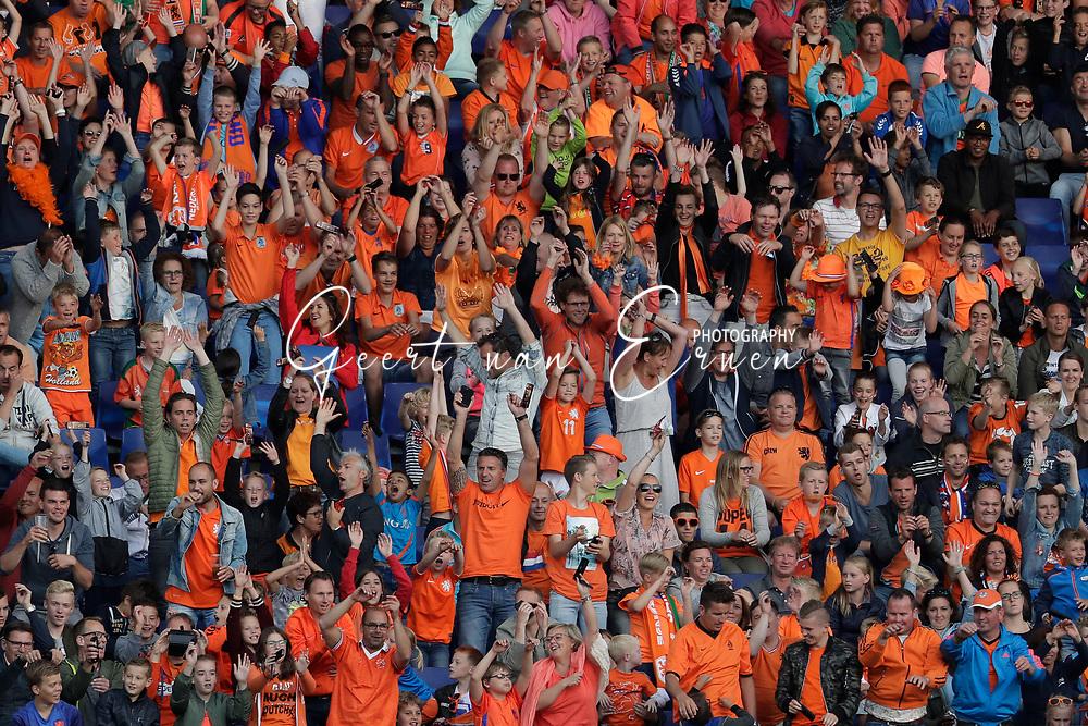 04-06-2017 VOETBAL:NEDERLAND-IVOORKUST:ROTTERDAM<br /> Oranje oefende tegen Ivoorkust vanavond in De Kuip<br /> <br /> Supporters van Oranje zetten de wave in<br /> <br /> Foto: Geert van Erven