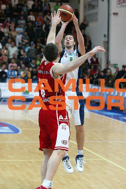 DESCRIZIONE : Milano Lega A1 2005-06 Roseto Basket Armani Jeans Milano <br /> GIOCATORE : Malaventura <br /> SQUADRA : Roseto Basket <br /> EVENTO : Campionato Lega A1 2005-2006 <br /> GARA : Roseto Basket Armani Jeans Milano <br /> DATA : 26/02/2006 <br /> CATEGORIA : Tiro <br /> SPORT : Pallacanestro <br /> AUTORE : Agenzia Ciamillo-Castoria/G.Ciamillo <br /> Galleria : Lega Basket A1 2005-2006 <br /> Fotonotizia : Roseto Campionato Italiano Lega A1 2005-2006 Roseto Basket Armani Jeans Milano <br /> Predefinita :