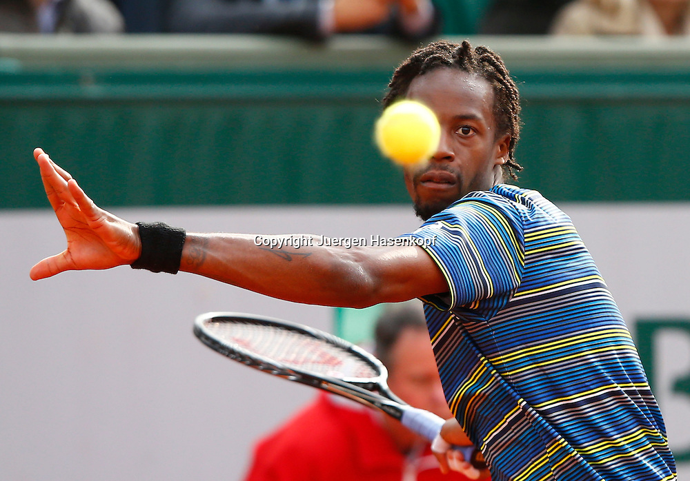 French Open 2013, Roland Garros,Paris,ITF Grand Slam Tennis Tournament, Gael Monfils (FRA),Aktion,<br /> Einzelbild,Halbkoerper,Querformat,Ballblick,Konzentration;Fokus,