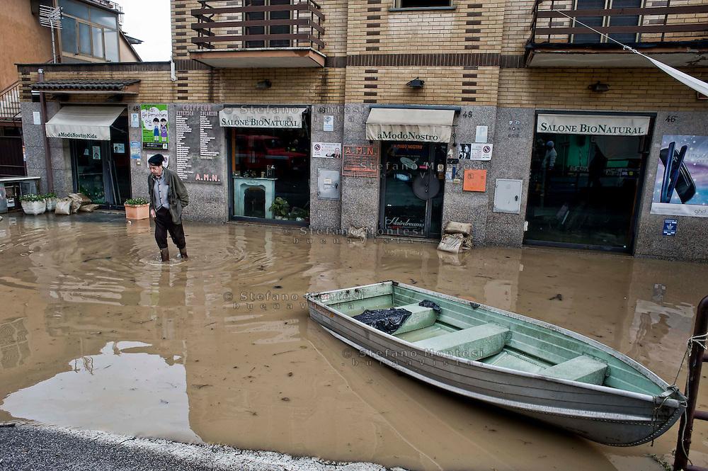 Roma 1 Febbraio 2014<br /> Un uomo cammina nell' acqua vicino alla sua casa  al quartiere Prima Porta, a Roma.<br /> Roma &egrave; stata una delle citt&agrave; pi&ugrave; colpite da un'ondata di pioggia torrenziale che ha provocato numerosi allagamenti in vari quartieri della citt&agrave;.<br /> Rome February 1, 2014 <br /> A man walks in the water near his home the neighborhood  Prima Porta,to  Rome. <br /> Rome has been one of the cities worst hit by a wave of torrential rain, that caused flooding in several different neighborhoods of the city.