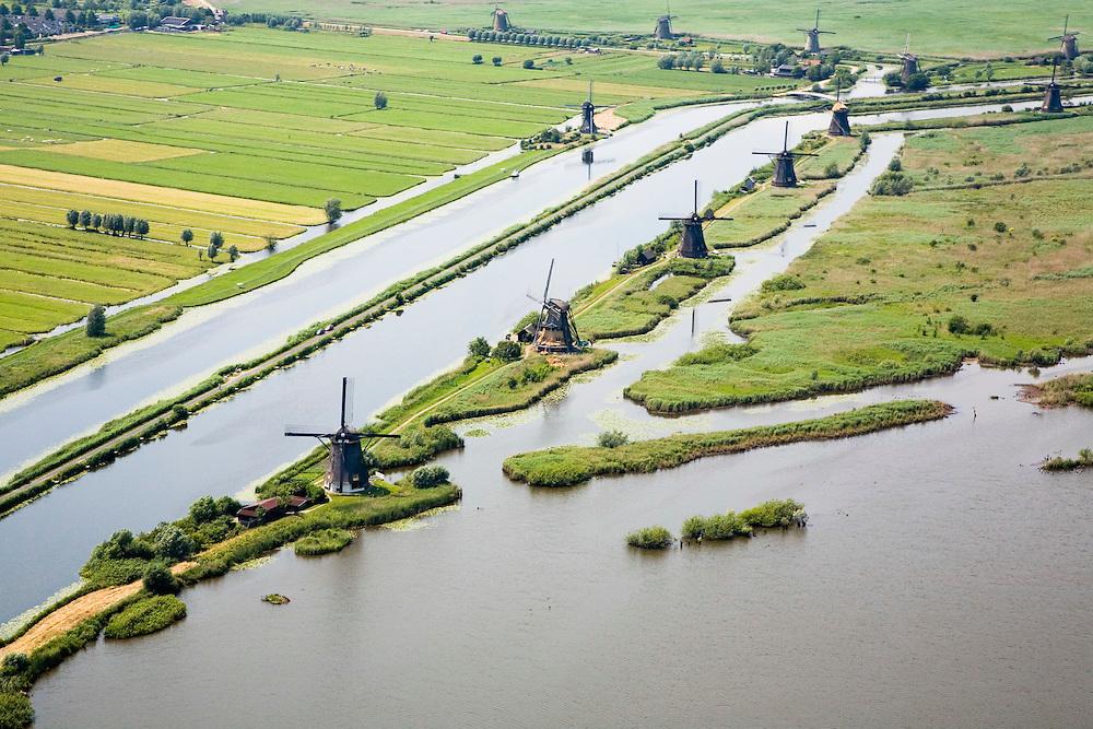 Nederland, Zuid-Holland, Kinderdijk, 04-07-2006; boezems van de polder Nieuw-Lekkerland, onderdeevan de Alblasserwaard; windmolens gebruikt voor het droogmalen van de polder en voor de waterhuishouding (het bemalen); de molens behoren bij het wereld cultureeerfgoed (Unesco);  zie ook andere luchtfoto's van deze lokatie..Windmills for pumping the water out of the polder (the drainage). The Mill Network at Kinderdijk-Elshout is part of the  World Heritage of Unesco. More picture of this location available..luchtfoto (toeslag); aerial photo (additional fee required); .foto Siebe Swart / photo Siebe Swart