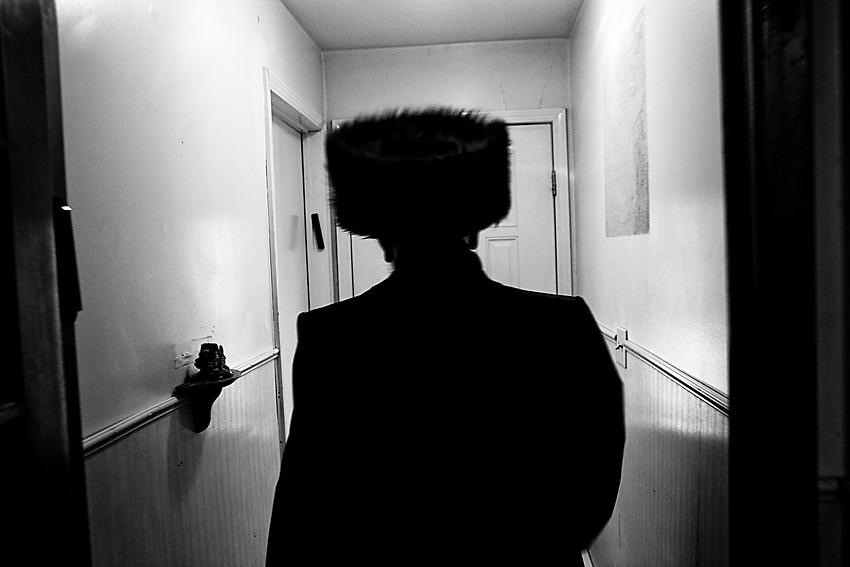 Nei giorni di festa i Chassidim, gli ebrei ultra ortodossi, come quello di Purim o Shabbat, sono soliti indossare i cappelli di pelliccia castoro sia in estate che in inverno per ricordare le usanze che vi erano nel ghetto Ungherese. Foto scattata il 16 Marzo, 2014.