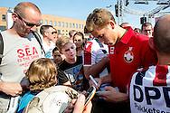 Willem II Open dag - Koningsdag 2015 - Supporters, spelerspresentatie, handtekeningen, actracties, kinderen, jonge supporters, springkussens<br /> <br /> Doelman Nigel Bertrams van Willem II deelt handtekeningen uit<br /> <br /> foto: Geert van Erven