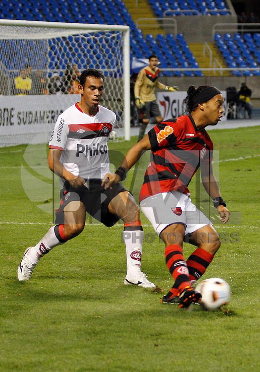 RIO DE JANEIRO, RJ - 10 DE JULHO DE 2011 - FLAMENGO X ATL&Eacute;TICO PR - Ronaldinho do Flamengo durante a partida v&aacute;lida pela 1&ordf; fase da copa Sulamericana 2011 no est&aacute;dio Engenh&atilde;o, na zona norte do Rio de Janeiro, nesta quarta-feira(10).<br /> FOTO: RUDY TRINDADE/NEWSFREE