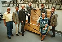 26 AUG 1999, BERLIN/GERMANY:<br /> Horst Kubatschka, Hans-Peter Kemper, Klaus Lennartz, Dieter Grasedieck, Hans-Werner Bertl, Brunhilde Irber und Friedhelm Julius Beucher, MdB´s der SPD Fraktion und Skeptiker des Berlin Umzugs oder des Umzugs in provisorische Büros sind angekommen. Hier mit einer Holzkiste, die für den Transport eines Kunstobjekts, einer Herz-Hälfte, genutzt wurde, deren Gegenstück in Bonn verblieben ist<br /> IMAGE: 19990826-02/02-20<br /> KEYWORDS: Umzug, Kiste