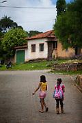 Prados_MG, Brasil...Criancas andando em rua do historico povoado de Vitoriano Veloso (Bichinho), Minas Gerais...Children walking on street in historic village of Vitoriano Veloso (Bichinho), Minas Gerais...Foto: JOAO MARCOS ROSA / NITRO
