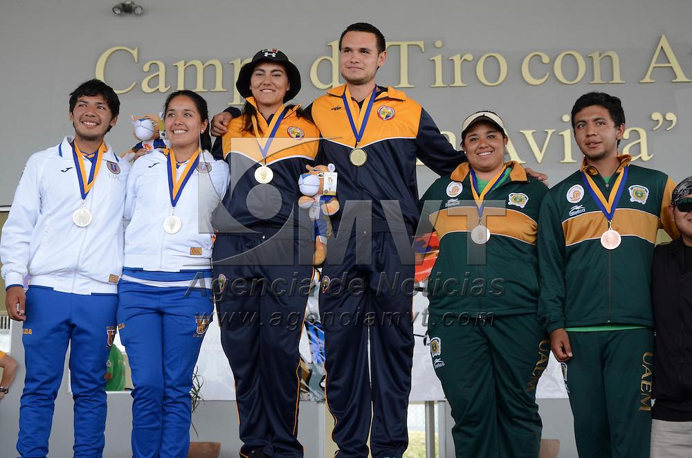 Monterrey, Nuevo León.- Yanely Mañon Rodríguez y Oldair Zamora Lira (izq), atletas representantes de la UAEMex en la categoría de tiro con arco mixto, consiguió la medalla de bronce dentro de la Universiada Nacional 2015 en Nuevo León. Agencia MVT / Arturo Hernández.