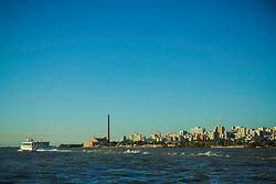 Embarcação do tipo catamarã da CatSul – Catamarãs do Sul, empresa do Grupo Ouro e Prata responsável desde 2011 pelo transporte de passageiros entre a capital gaúcha e Guaíba pela via fluvial. Ao fundo, o Centro Cultural Usina do Gasômetro e o centro de Porto Alegre. FOTO: Gustavo Roth / Agência Preview