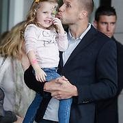 NLD/Amsterdam/20120604 - Vertrek Nederlands Elftal voor EK 2012, John Heitinga met dochter Jezzebelle