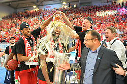 21.06.2015, Brose Arena, Bamberg, GER, Beko Basketball BL, Brose Baskets Bamberg vs FC Bayern Muenchen, Playoffs, Finale, 5. Spiel, im Bild Die Spieler der Brose Baskets Bamberg bejubeln den Gewinn der Deutschen Meisterschaft 2015, und verpassen Bradley Wanamaker (Brose Baskets Bamberg / Mitte, mit Pokal) eine Bierdusche. // during the Beko Basketball Bundes league Playoffs, final round, 5th match between Brose Baskets Bamberg and FC Bayern Muenchen at the Brose Arena in Bamberg, Germany on 2015/06/21. EXPA Pictures © 2015, PhotoCredit: EXPA/ Eibner-Pressefoto/ Merz<br /> <br /> *****ATTENTION - OUT of GER*****