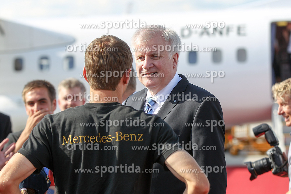 15.07.2014, Flughafen, München, GER, FIFA WM, Empfang der Weltmeister in Deutschland, Finale, im Bild l-r: Thomas Mueller #13 (Deutschland) spricht mit Horst Seehofer (Ministerpraesident) // during Celebration of Team Germany for Champion of the FIFA Worldcup Brazil 2014 at the Flughafen in München, Germany on 2014/07/15. EXPA Pictures © 2014, PhotoCredit: EXPA/ Eibner-Pressefoto/ Christian Kolbert<br /> <br /> *****ATTENTION - OUT of GER*****