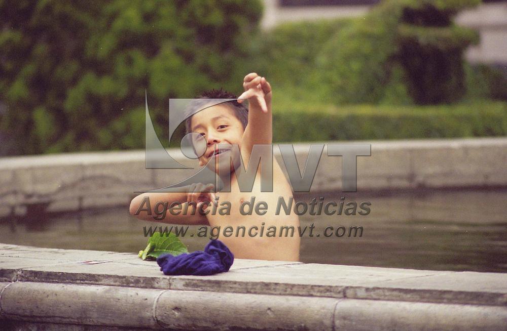 Toluca, M&eacute;x.- Las fuetes del z&oacute;calo de &eacute;sta ciudad son una buena alternativa de diversi&oacute;n en este periodo vacacional para los ni&ntilde;os. Agencia MVT /Arturo Rosales Ch&aacute;vez. (FILM)<br /> <br /> NO ARCHIVAR - NO ARCHIVE