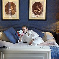 Nederland, Amsterdam , 30 juni 2010..Amsterdam heeft 350 hotels. Trendwatcher Vincent van Dijk gaat in 2010 een jaar elke nacht in een ander hotels slapen om te onderzoeken hoe en of Amsterdam slaapt..Amsterdam has 350 hotels. Trend watcher Vincent van Dijk in ries every night a different hotel during one year in 2010  to find out how and if one sleeps in Amsterdam.
