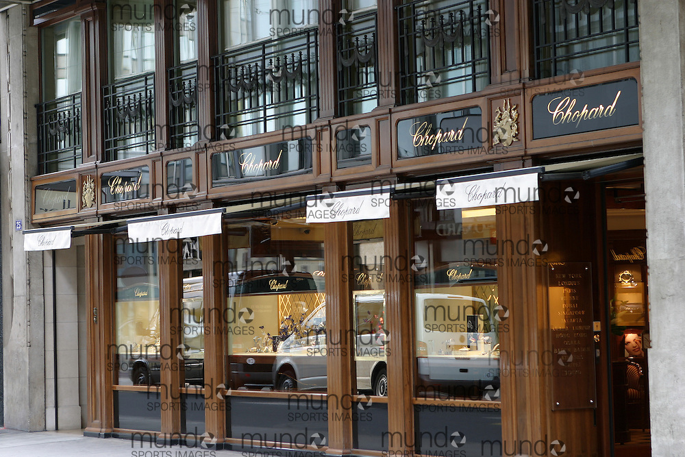 View of a Geneva jewelry store with traffic reflected in the windows.