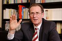 13 NOV 2002, BERLIN/GERMANY:<br /> Prof. Dr. Bert Ruerup, Professor fuer  Volkswirtschaftslehre, TU Darmstadt, Mitglied des Sachverstaendigenrates zur Begutachtung der gesamtwirtschaftlichen Entwicklung und Vorsitzender des Sachverstaendigenkommission zur Neuordnung der Besteuerung der Altersvorsorgeaufwendungen und Alterseinkommen, waehrend einem Interview, Redaktionsvertretung Der Spiegel<br /> IMAGE: 20021113-04-003<br /> KEYWORDS: Sachverständigenrat, Bert Rürup, Wirtschaftswissenschaftler