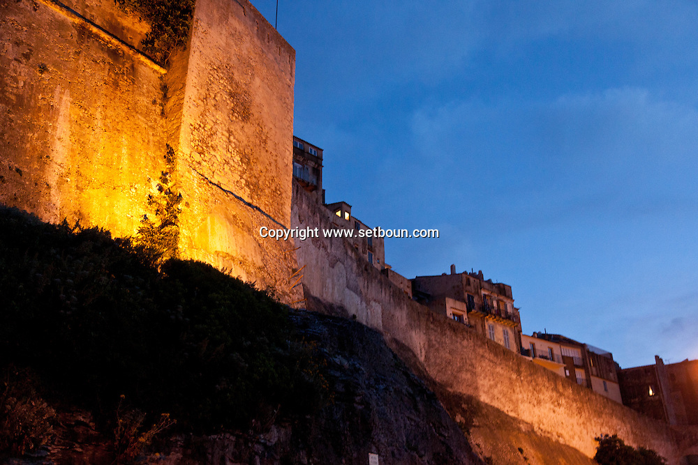 the walls of the old city of Bonifacio.  /  Corse, les remparts de  la vielle ville de Bonifacio