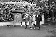 """E.T.U. electricians picket Ardmore Studios, Bray, Co. Wicklow, where the film """"Ballad in Blue"""", starring singer Ray Charles and Dawn Addams, is in production.<br /> 09.06.1964"""
